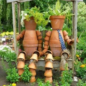 Садовые скульптуры из коричневых горшков