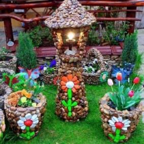 Садовый фонарик из мелких камушков