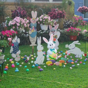 Веселые зайцы на зеленом газоне