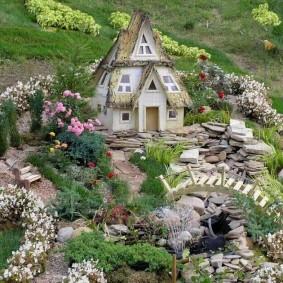 Сказочный замок на садовом участке