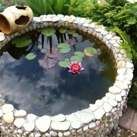 Круглый пруд небольшого размера