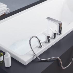 Встроенная ванна в сером подиуме