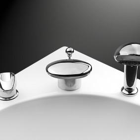 Угол акриловой ванны со встроенным смесителем