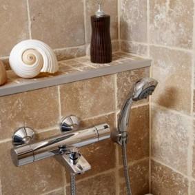 Плитка со скалами на стене ванной комнаты