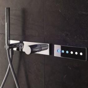 Сенсорный смеситель в ванной современного стиля