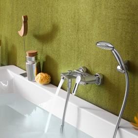 Окрашенная стена ванной комнаты
