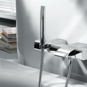Встроенный смеситель в ванной современного стиля
