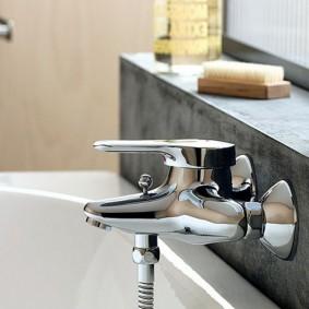 Полочка в ванной из искусственного камня