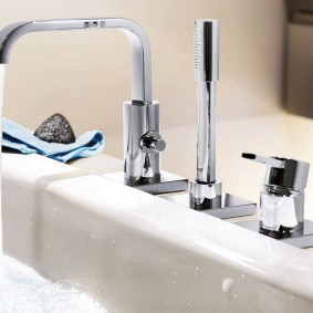 Встроенный смеситель за бортиком ванны