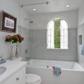 Имитация окна в современной ванной комнате