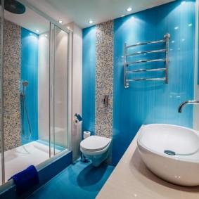 Синяя плитка в интерьере ванной комнаты