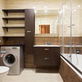 Коричневая мебель в большой ванной