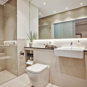 Большое зеркало над раковиной в ванной