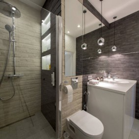 Компактный унитаз на стене ванной комнаты