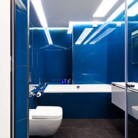 Синяя плитка в небольшой ванной комнате