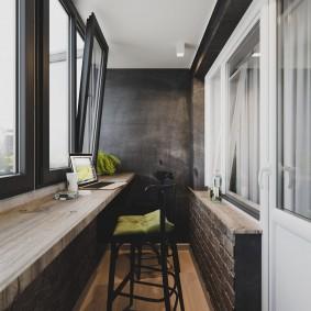 Черные рамы на благоустроенном балконе