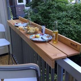 Мобильный столик для завтраков на балконе