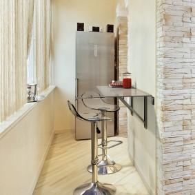 Подвесной столик на стене лоджии