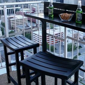 Деревянная мебель на открытом балконе