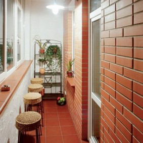 Кирпичная отделка балкона в квартире