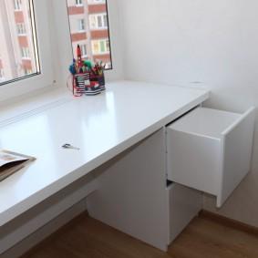 Широкий подоконник в роли письменного стола