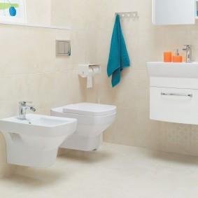 Подвесная сантехника в светлой ванной