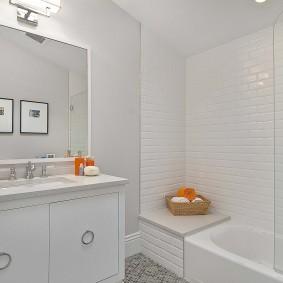 Яркие акценты в интерьере светлой ванной