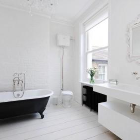 Черно-белая ванная в загородном доме