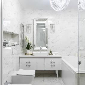 Освещение небольшой ванной со светлой отделкой