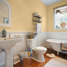 Интерьер просторной ванной в частном доме