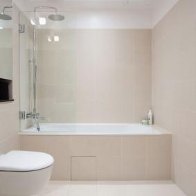 Бежевая плитка на стене ванной комнаты