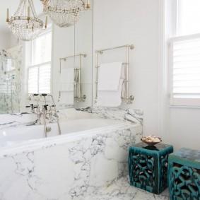 Мраморная плитка в ванной комнате с окном