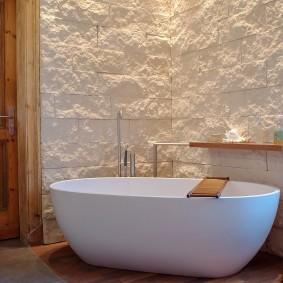 Плитка под камень над акриловой ванной