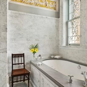 Встроенная ванна в комнате загородного дома