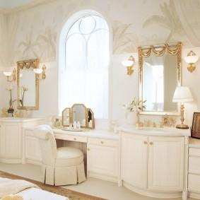 Туалетный столик перед окном в ванной