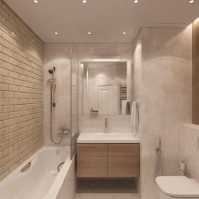 Узкая ванная комната в пастельных тонах