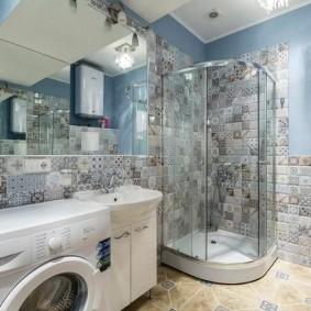 Угловая душевая кабинка в ванной со стиральной машиной
