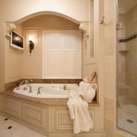 Встроенная ванна в нише стены совмещенного санузла