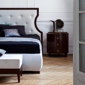 Тумбочка стандартных размеров возле кровати