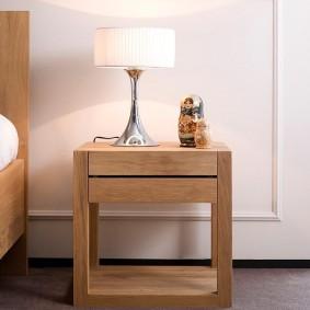 Простая тумба в спальне квартиры