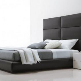 Низкая тумбочка в спальне стиля минимализма