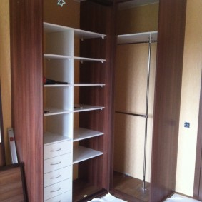 Белые ящики внутри коричневого шкафа