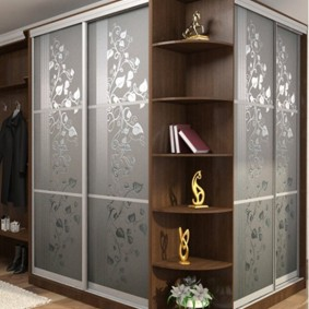 Купейный шкаф у внешнего угла в коридоре