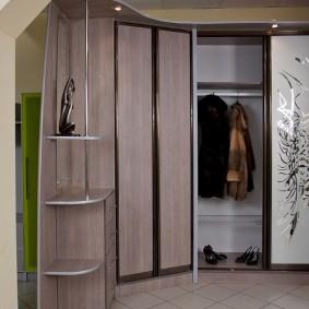 Угловая мебель в интерьере прихожей комнаты