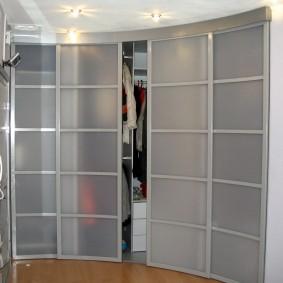 Гардеробный шкаф с раздвижными дверцами