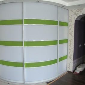 Зеленые вставки на дверцах шкафа-купе