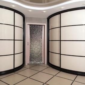 Просторный холл с радиусными шкафами