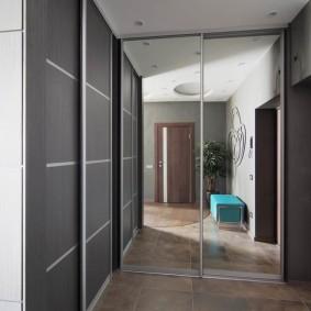 Серые дверцы на встроенном шкафу