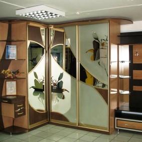 Угловой шкаф с красивым декором