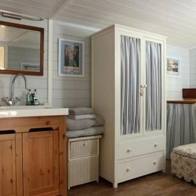 Распашной шкаф в ванной деревянного дома